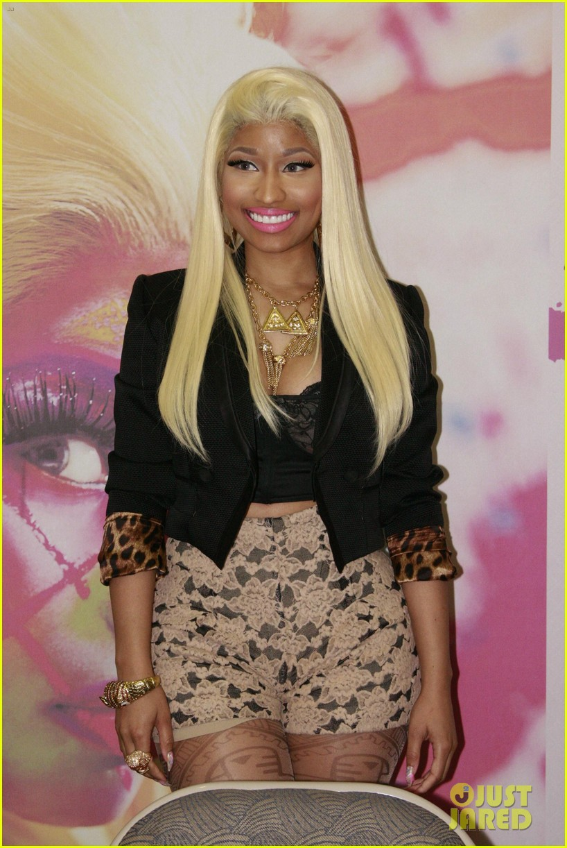nicki minaj roman reloaded f y e philly signing 092645274
