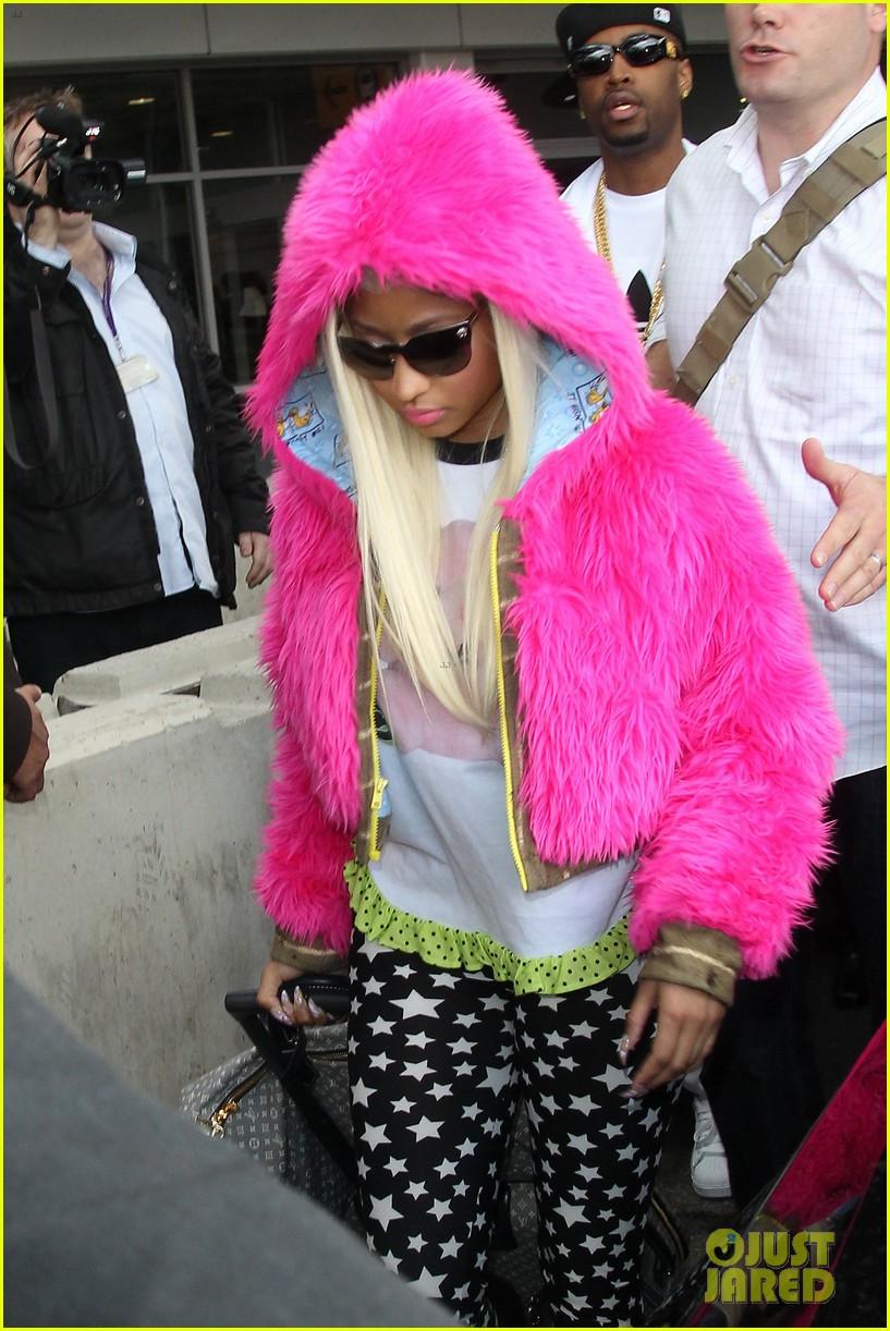 nicki minaj hot pink fur coat 02