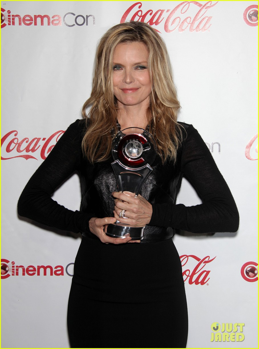 chloe moretz michelle pfeiffer cinemacon awards 042654117