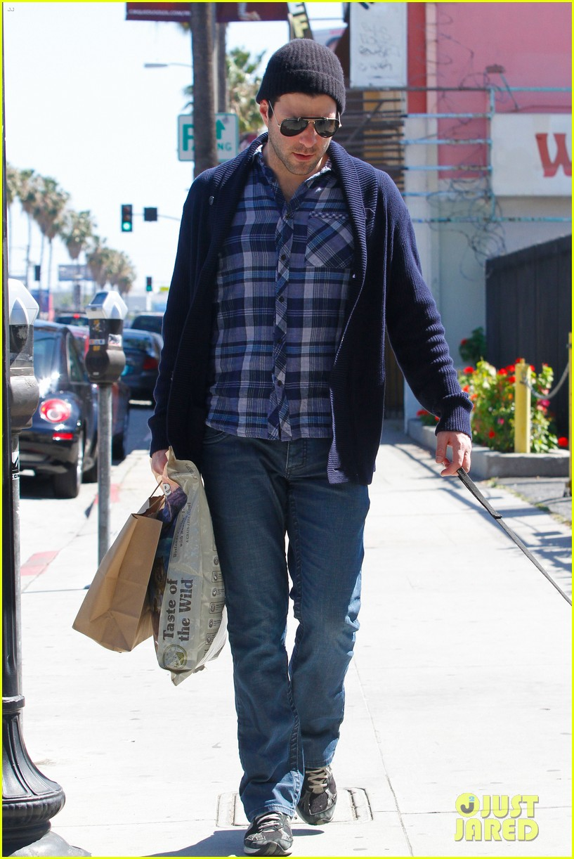 zachary quinto doggie errands 04