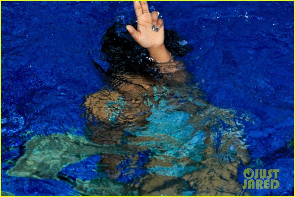 rihanna topless hawaii 034