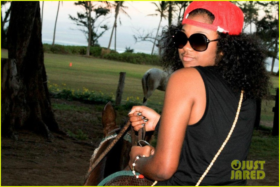 rihanna topless hawaii 035