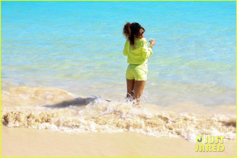 rihanna topless hawaii 0942649923