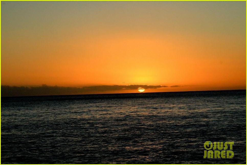 rihanna topless hawaii 0952649924