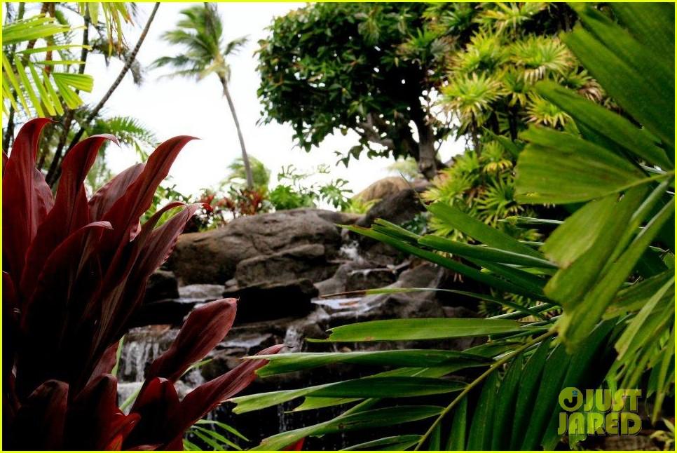 rihanna topless hawaii 1582649987