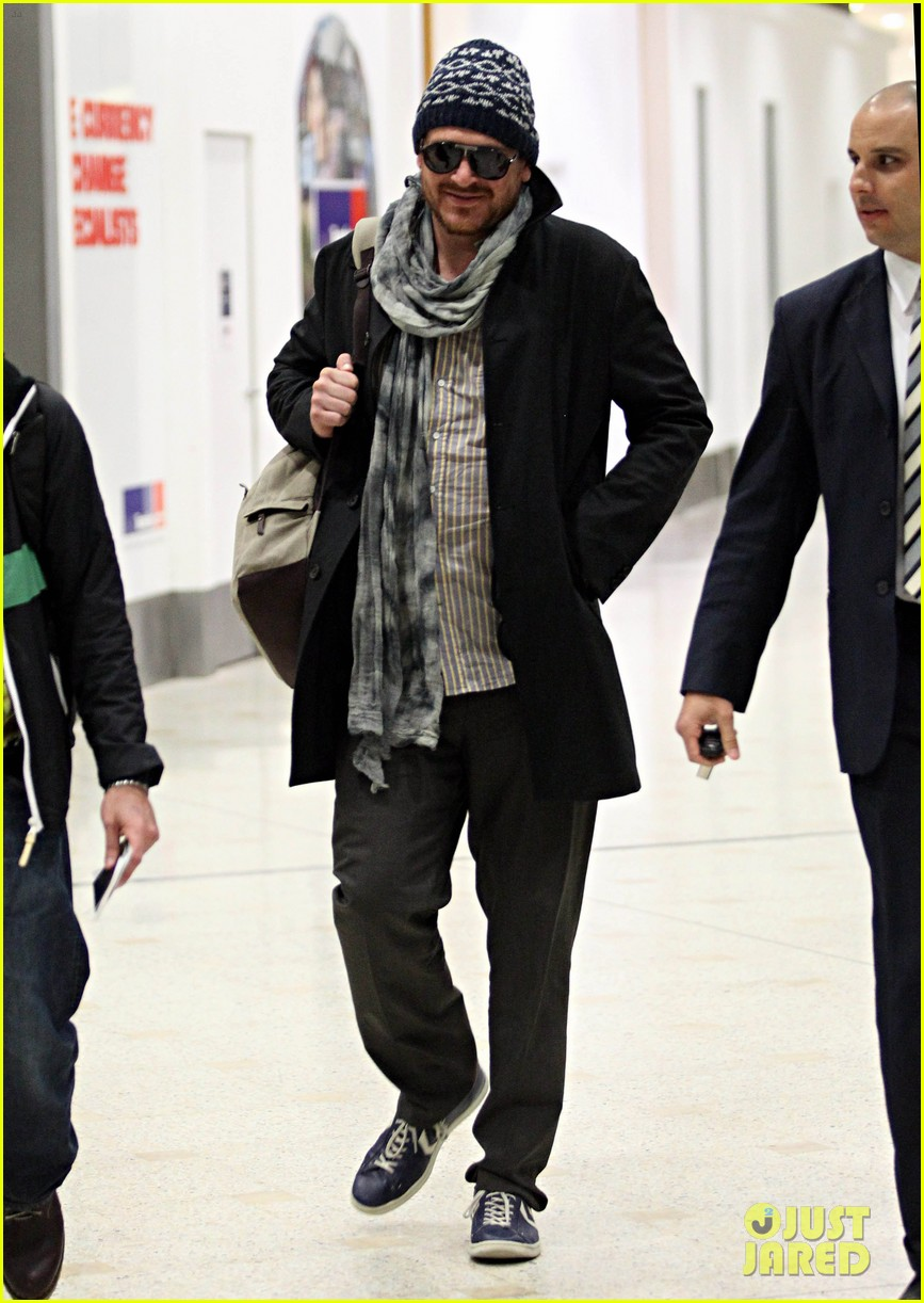 jason segel landing in sydney 01