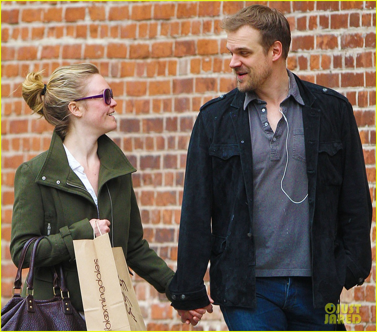 julia stiles david harbour shopping 01