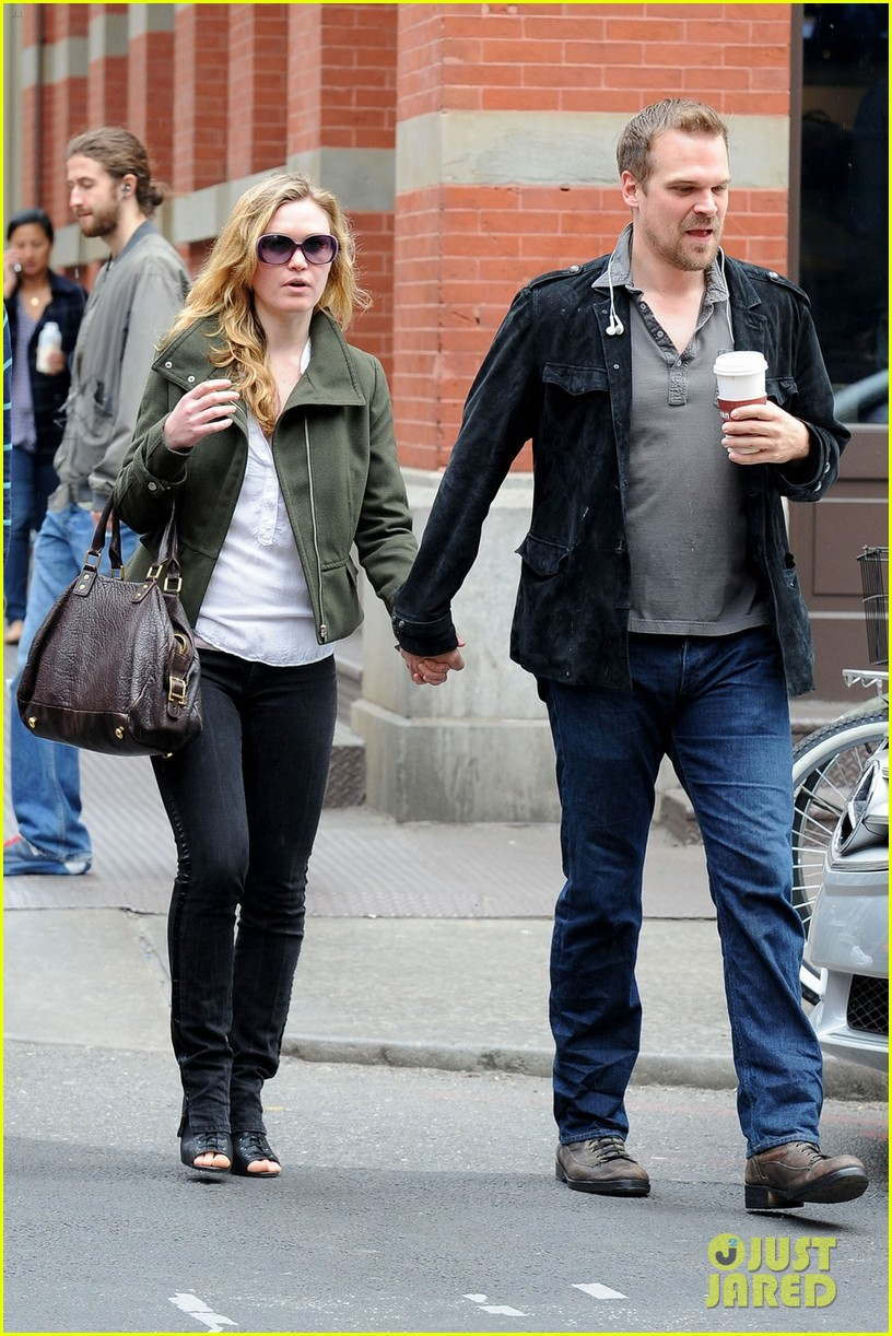 julia stiles david harbour shopping 042651297