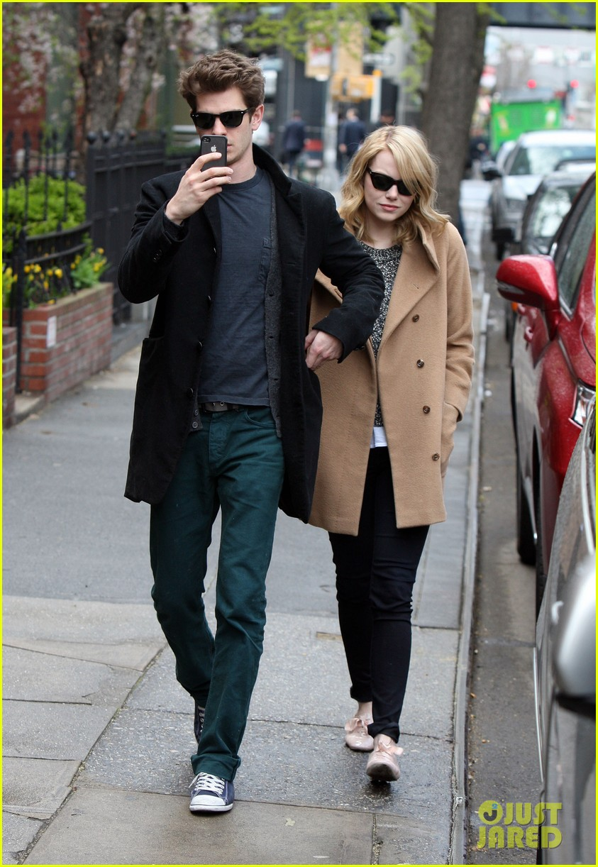 emma stone andrew garfield cuddle close 032648349