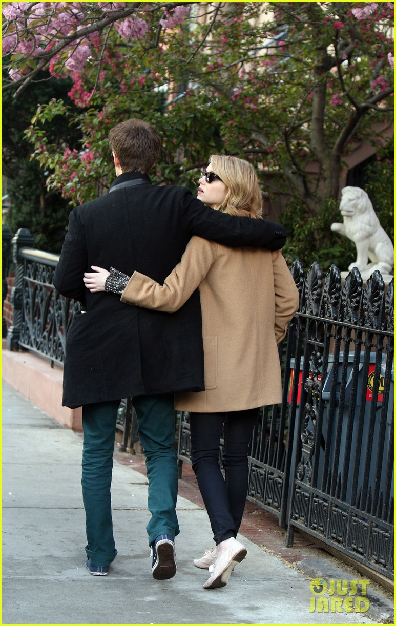 emma stone andrew garfield cuddle close 052648351