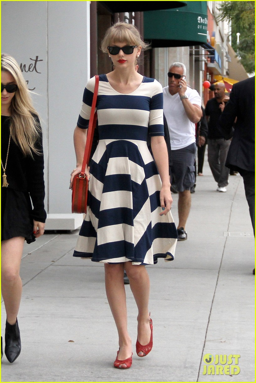 taylor swift shopping in bev hills 02