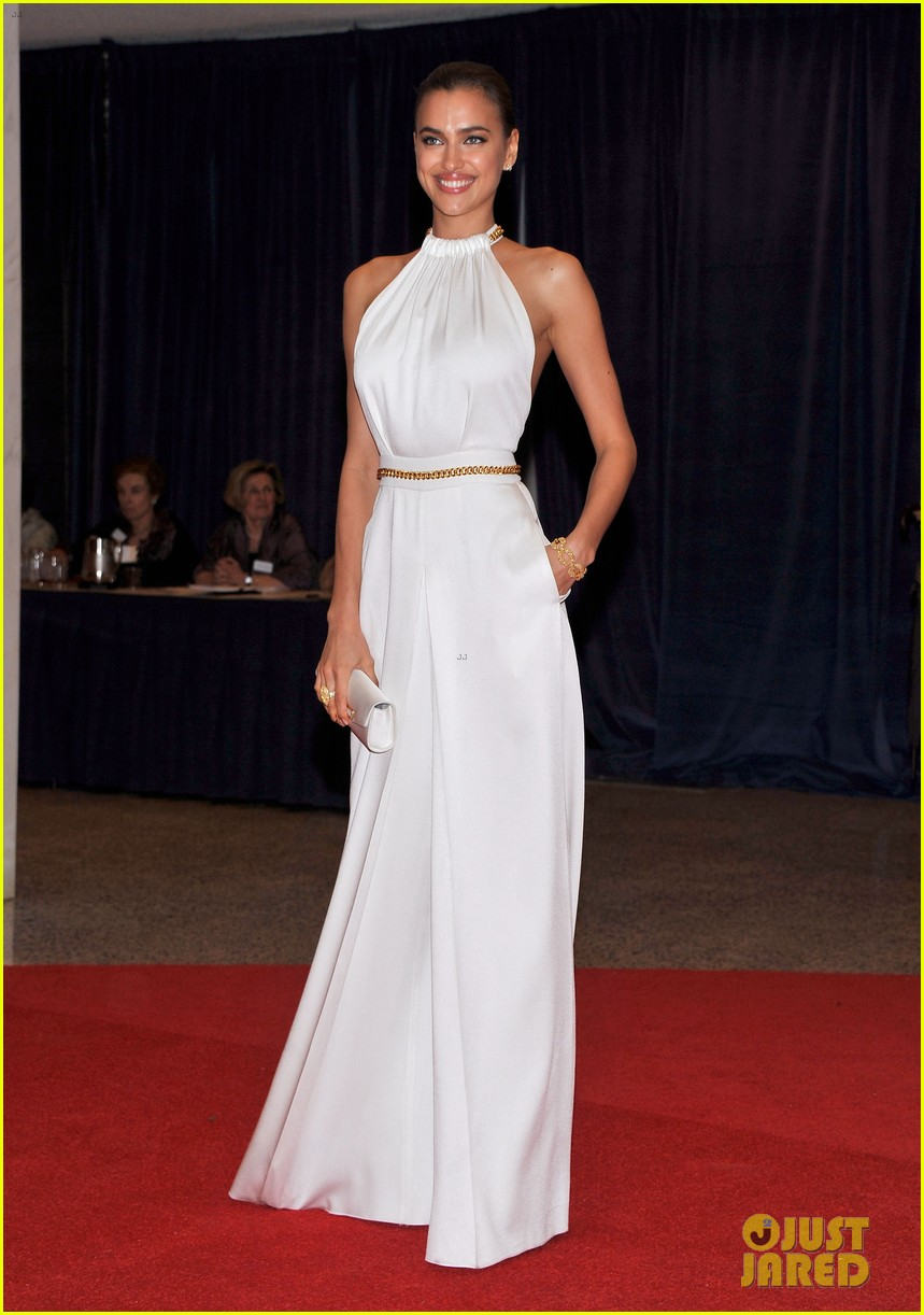 chrissy teigen irina shayk white house correspondents dinner 03