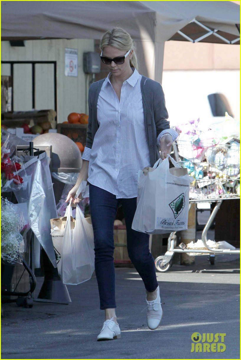 charlize theron preppy grocery shopping 01