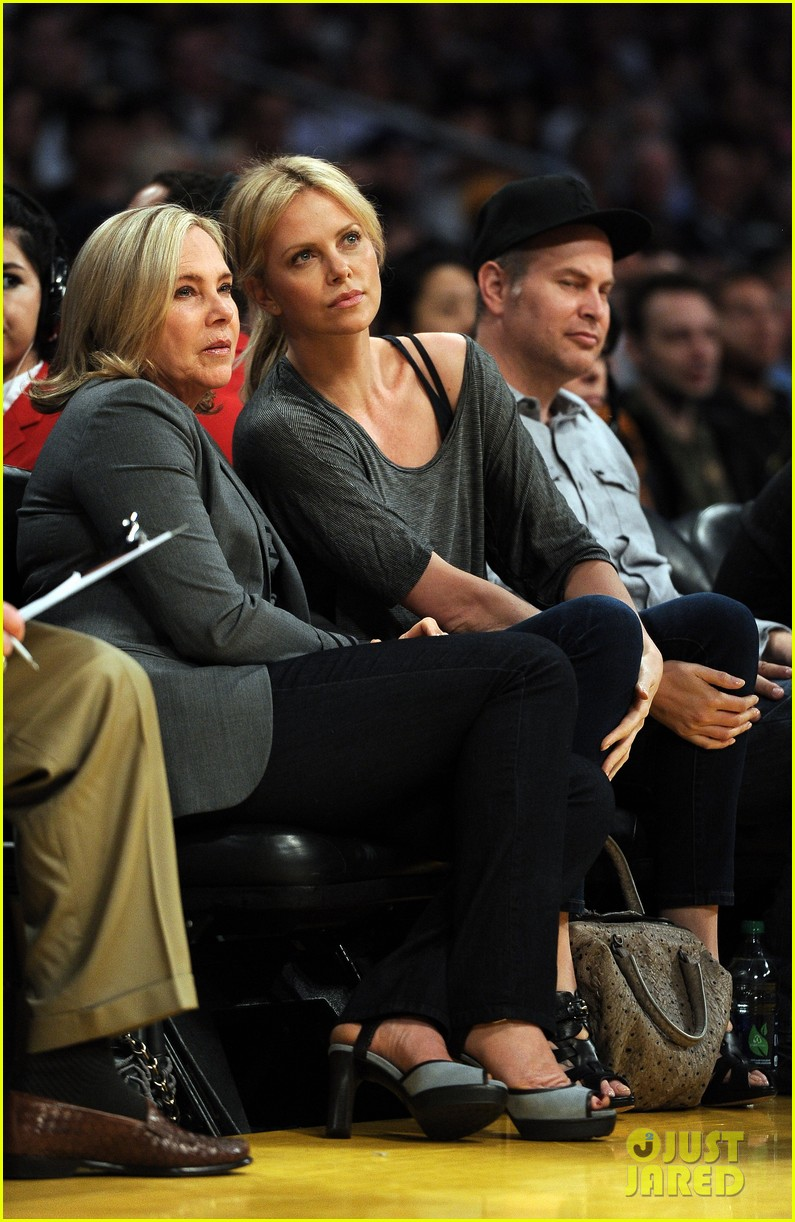 charlize theron lakers game with mom 01