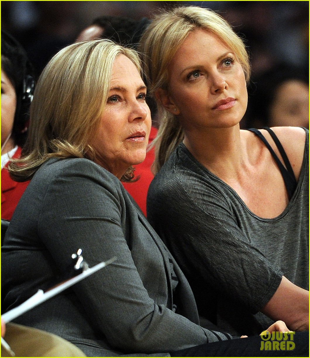 charlize theron lakers game with mom 092650464