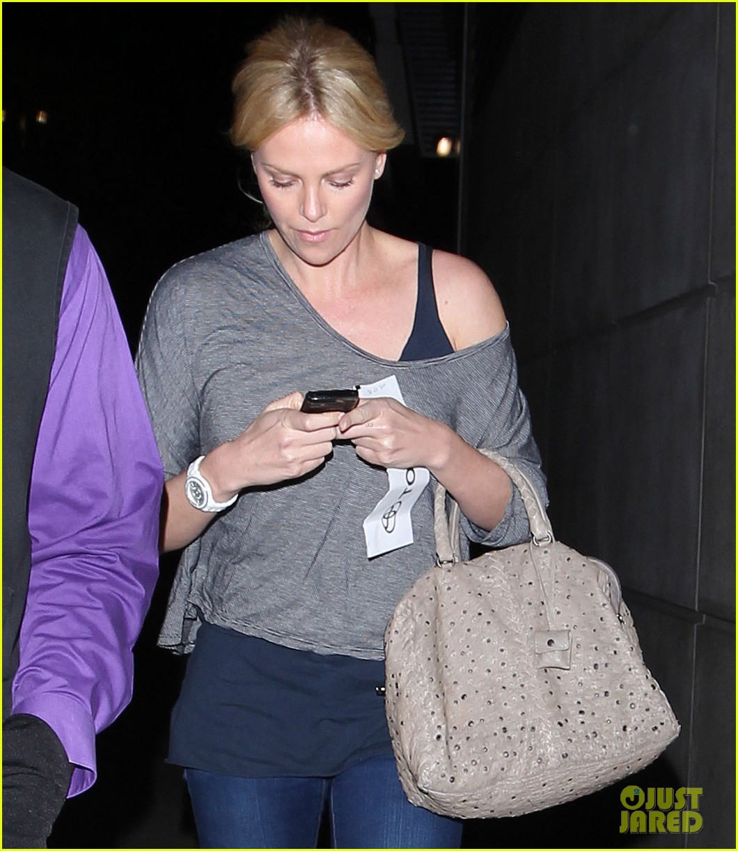 charlize theron lakers game with mom 102650465