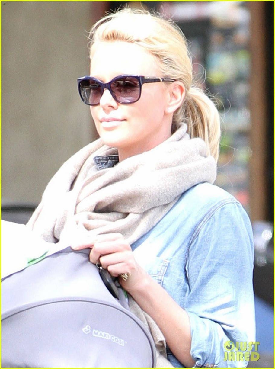 charlize theron little doms lunch with baby jackson 04