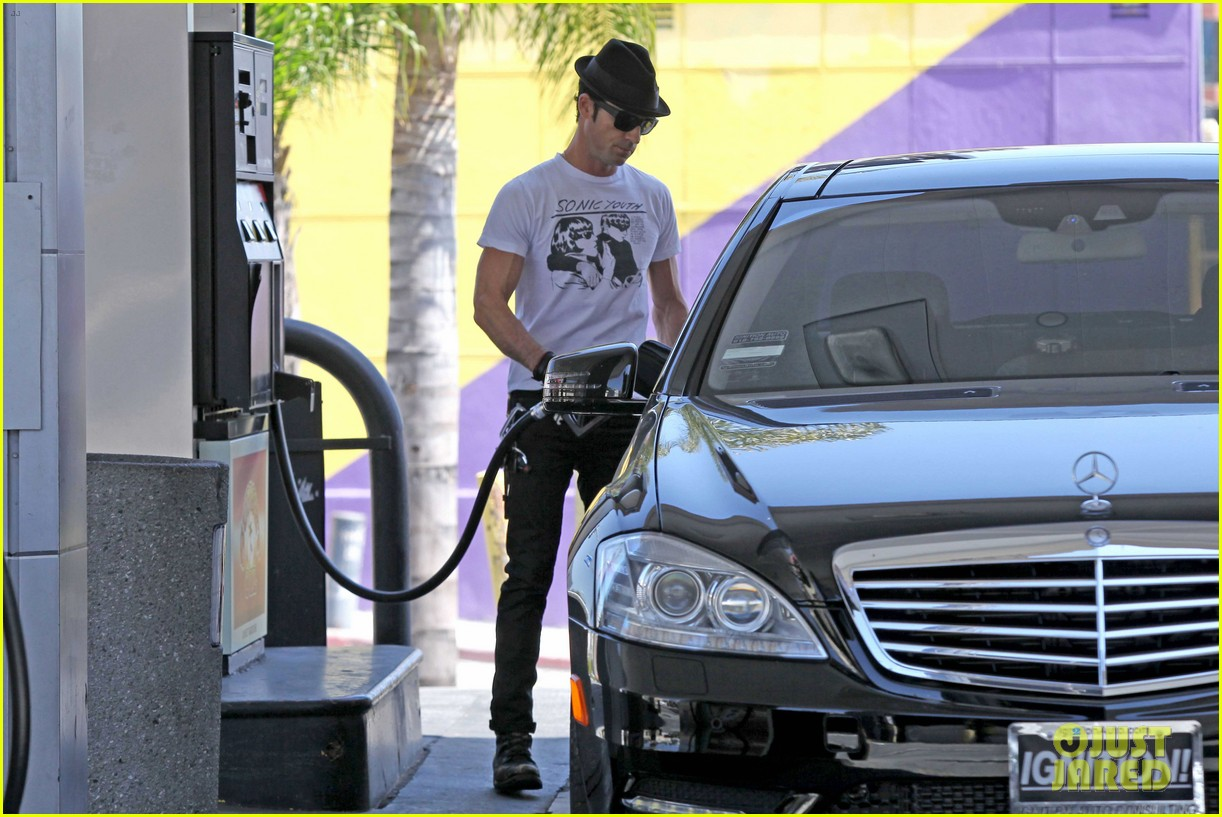 justin theroux fills up the tank 072646483