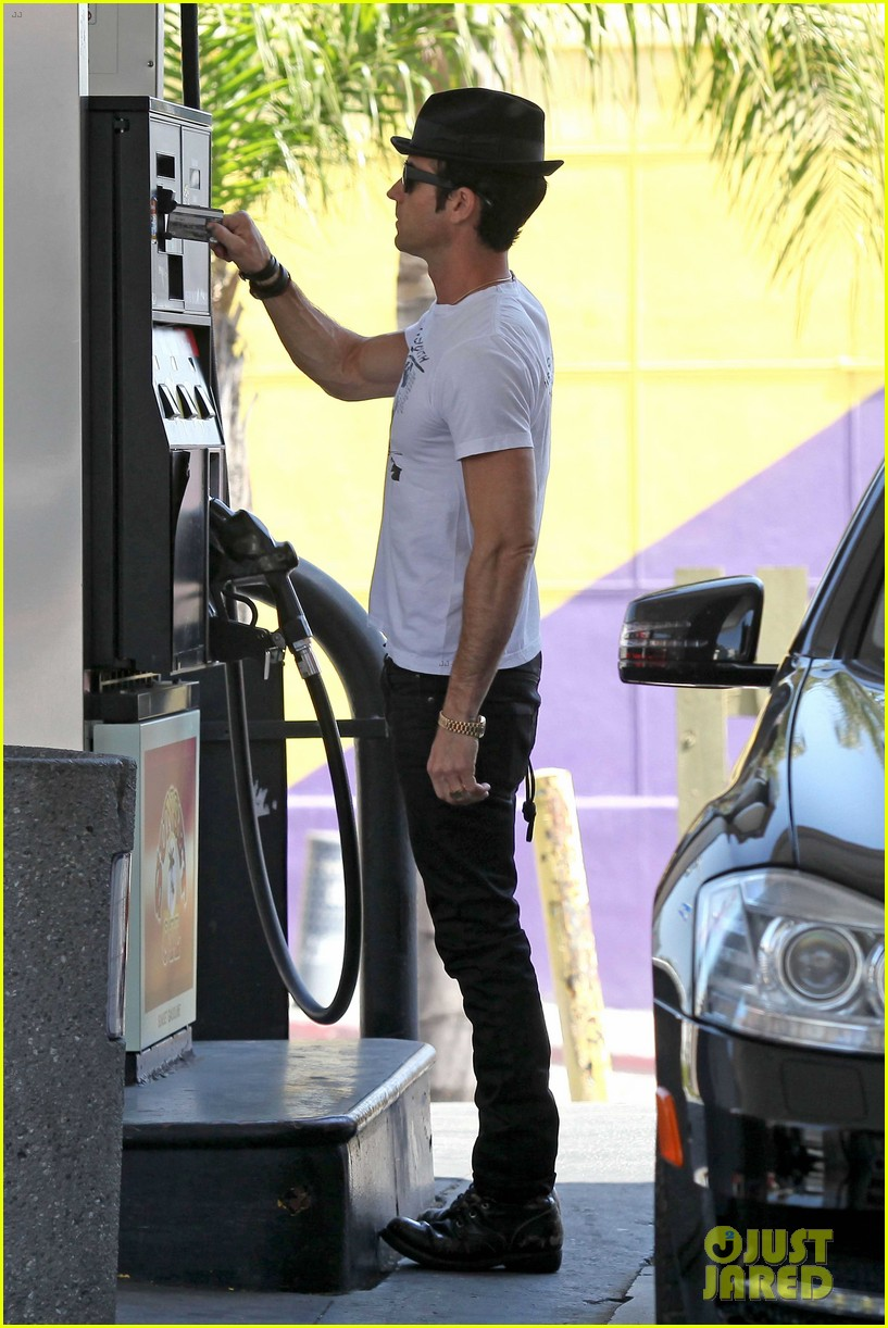 justin theroux fills up the tank 08