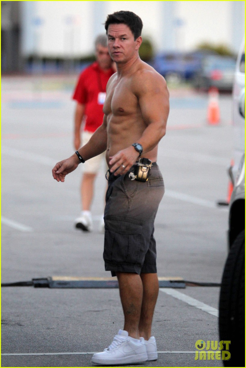 mark wahlberg shirtless break between scenes 02
