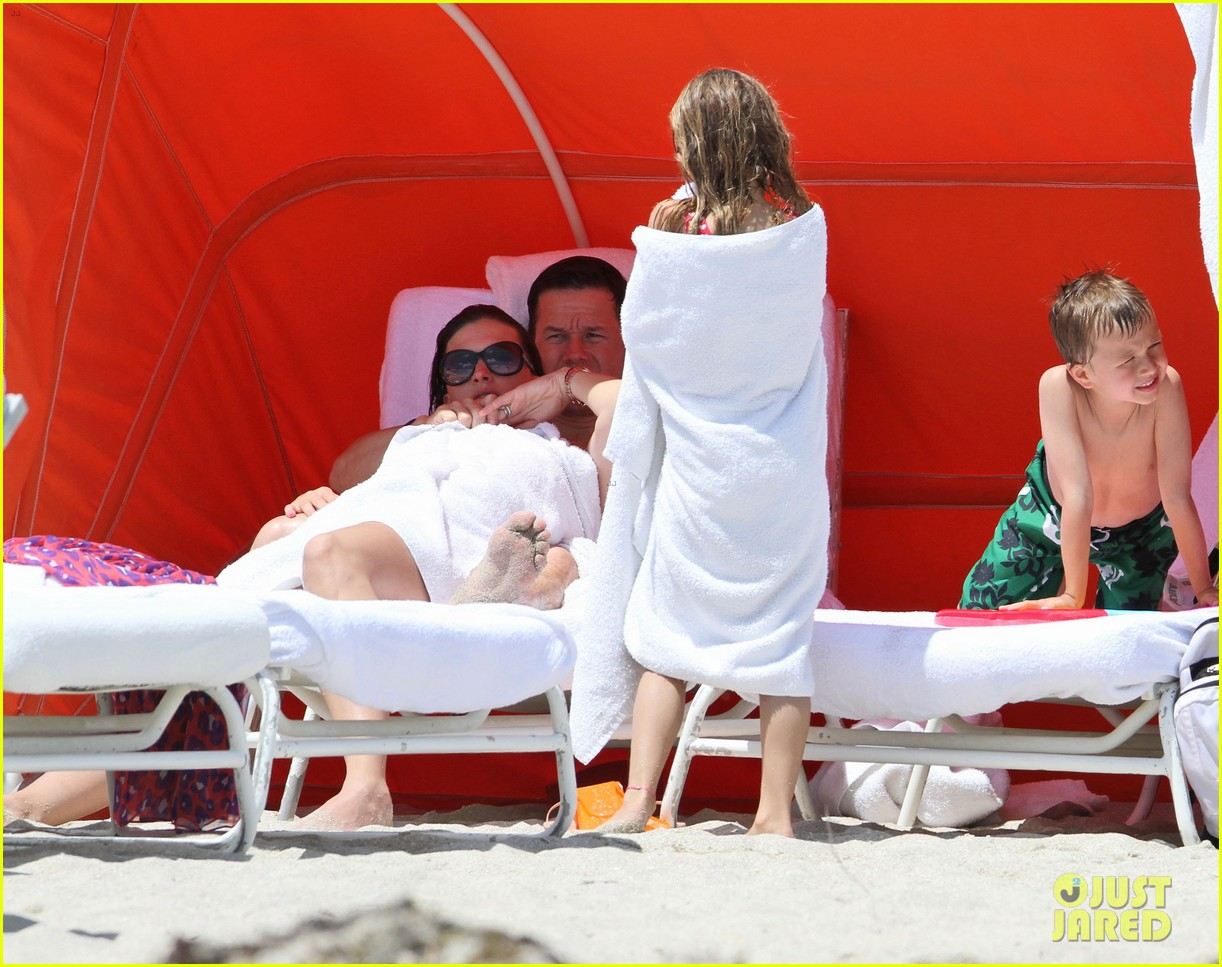 mark wahlberg shirtless in miami with the family 05