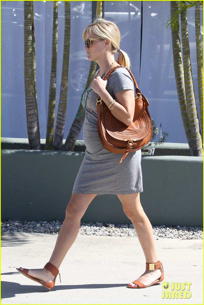 pregnant reese witherspoon office 032650338
