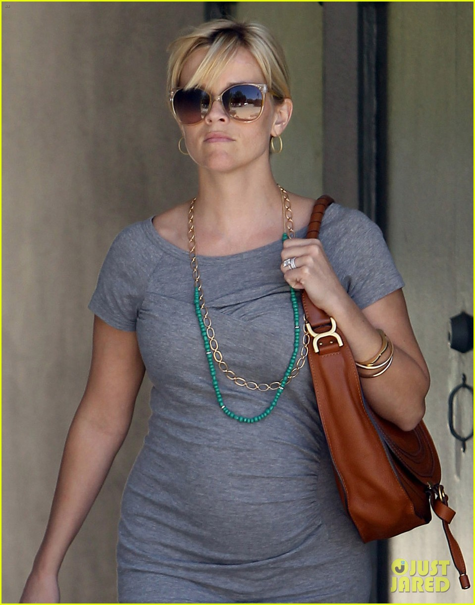 pregnant reese witherspoon office 042650339