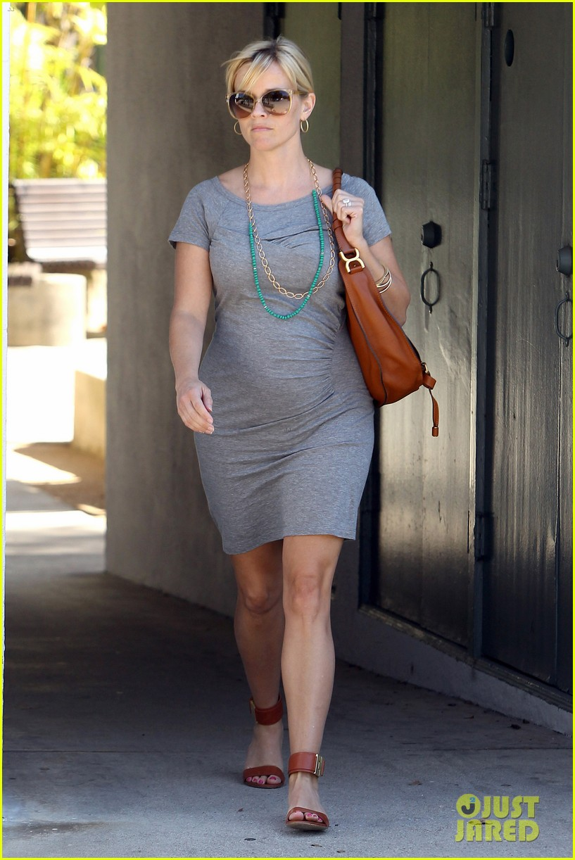 pregnant reese witherspoon office 062650341