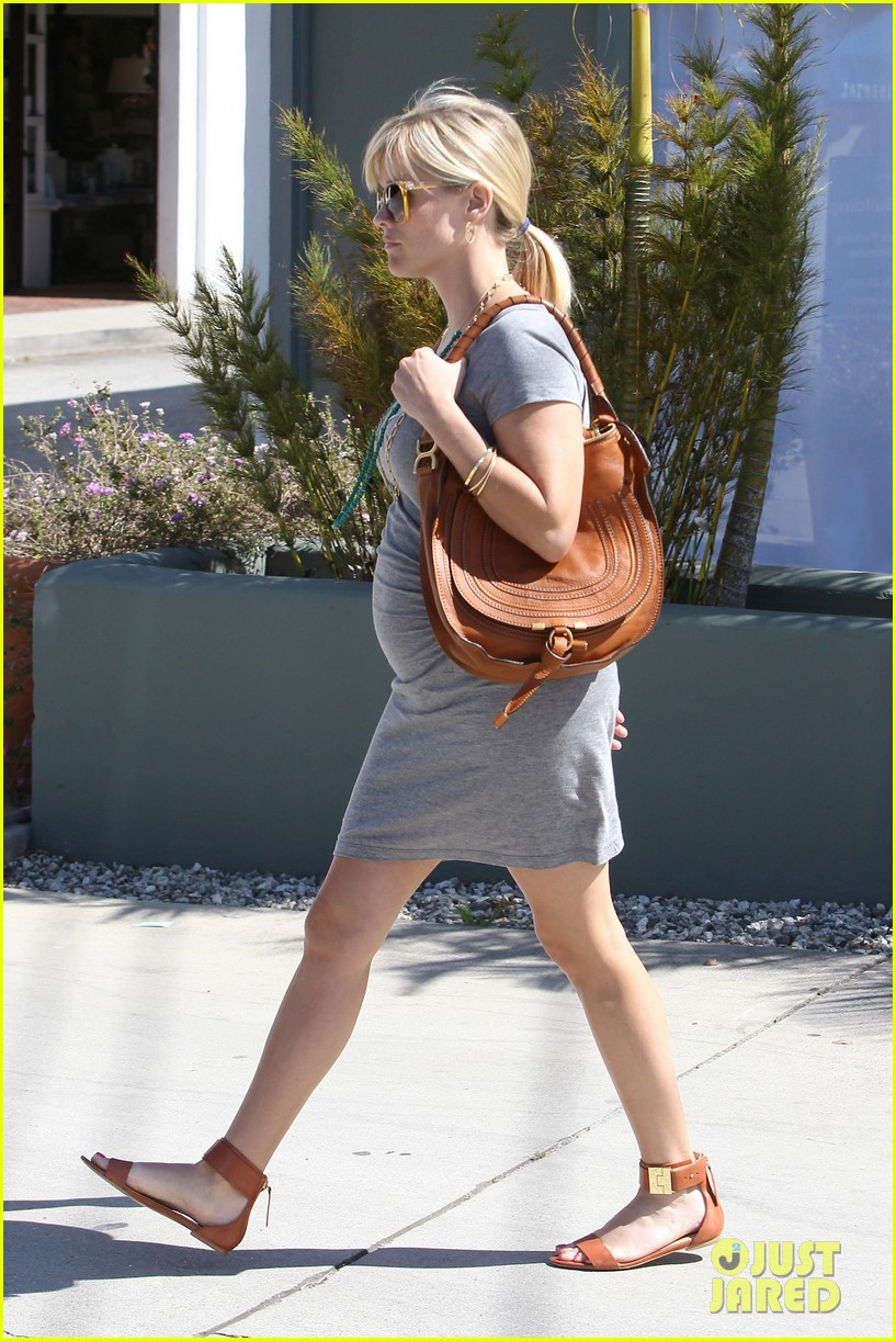pregnant reese witherspoon office 102650345