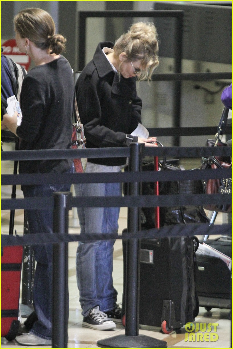 renee zellweger leaving lax 042652368
