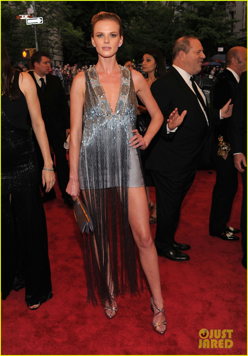 anne v doutzen kroes met ball 2012 012658884