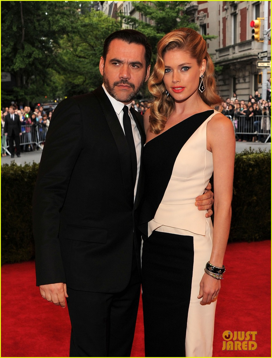 anne v doutzen kroes met ball 2012 04