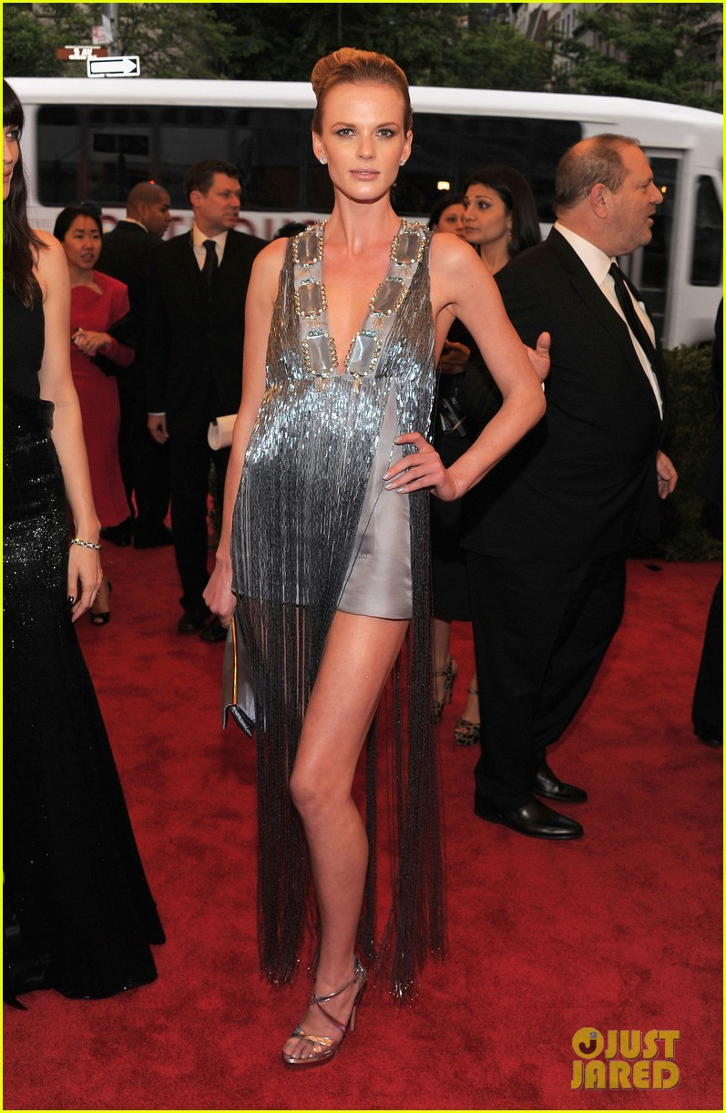 anne v doutzen kroes met ball 2012 12