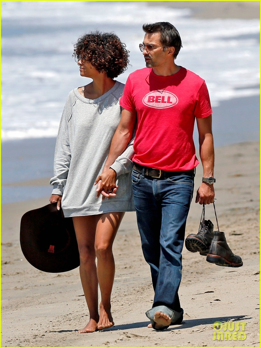 halle berry olivier martinez beachy walk 04