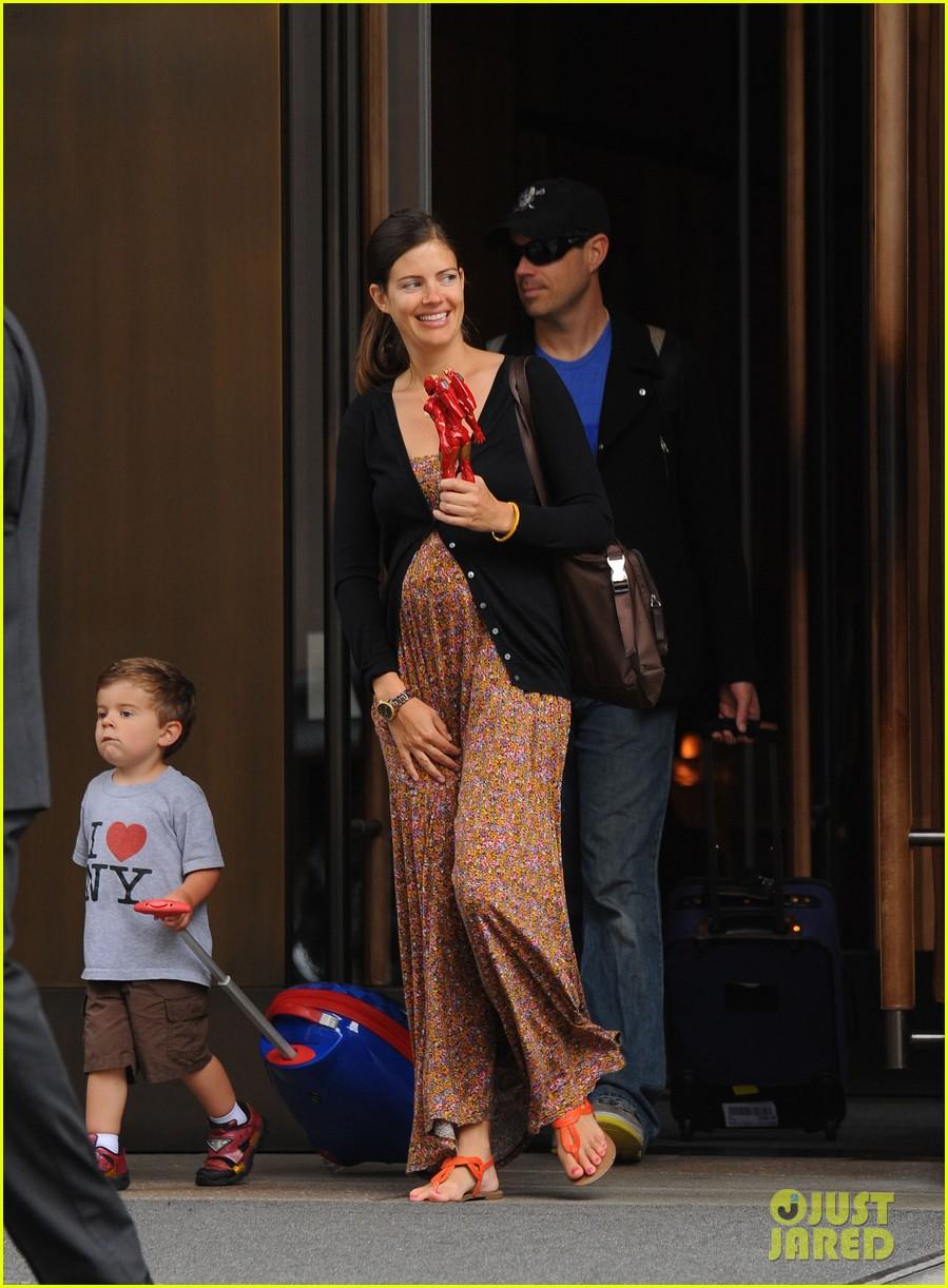 carson daly wife siri pinter debuts baby bump 052657561