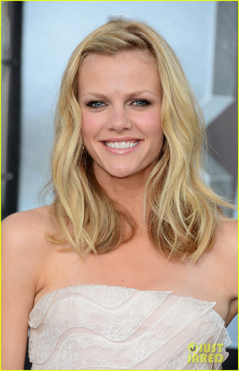 brooklyn decker taylor kitsch battleship premiere 082660218