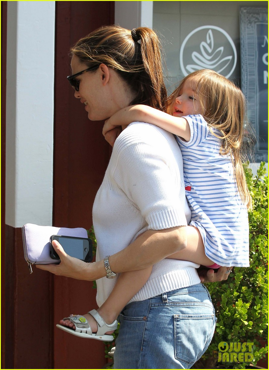 jennifer garner piggyback ride for seraphina 14