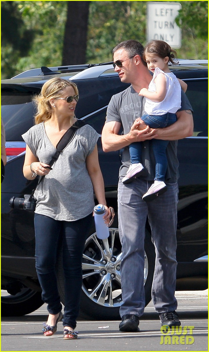sarah michelle gellar baby bump zoo 05