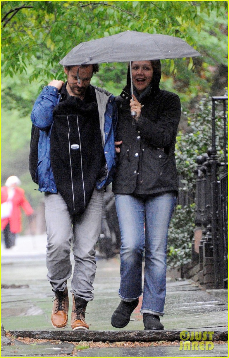 maggie gyllenhaal peter sarsgaard gloria rainy stroll 012656805