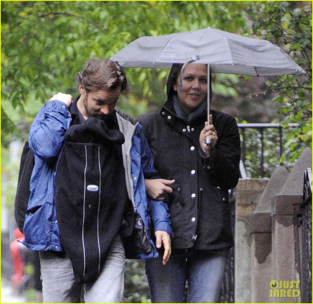 maggie gyllenhaal peter sarsgaard gloria rainy stroll 022656806