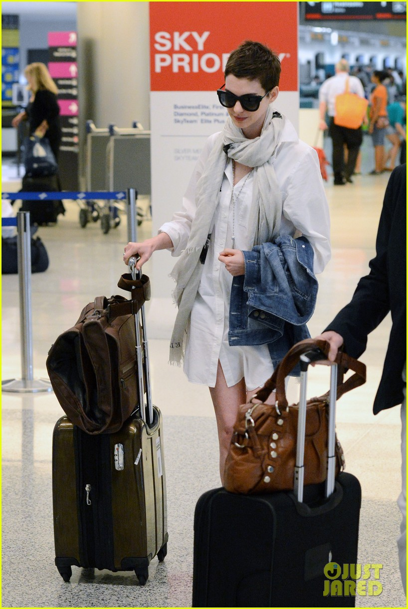 anne hathaway miami airport exit 042661380