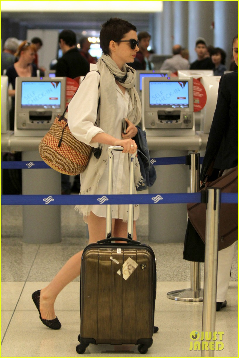 anne hathaway miami airport exit 052661381