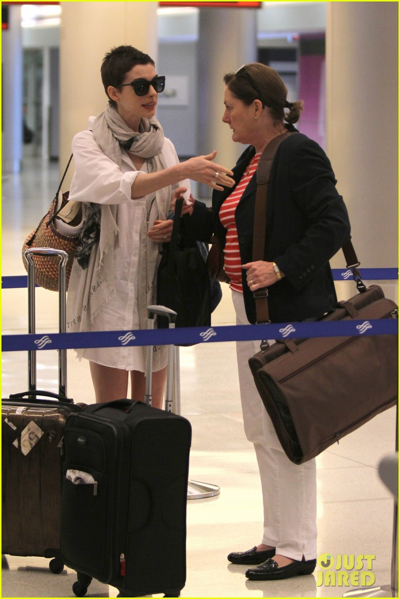 anne hathaway miami airport exit 062661382