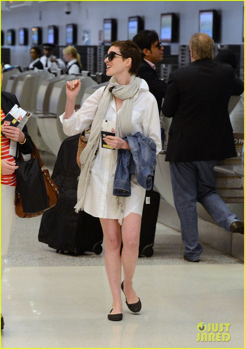 anne hathaway miami airport exit 082661384