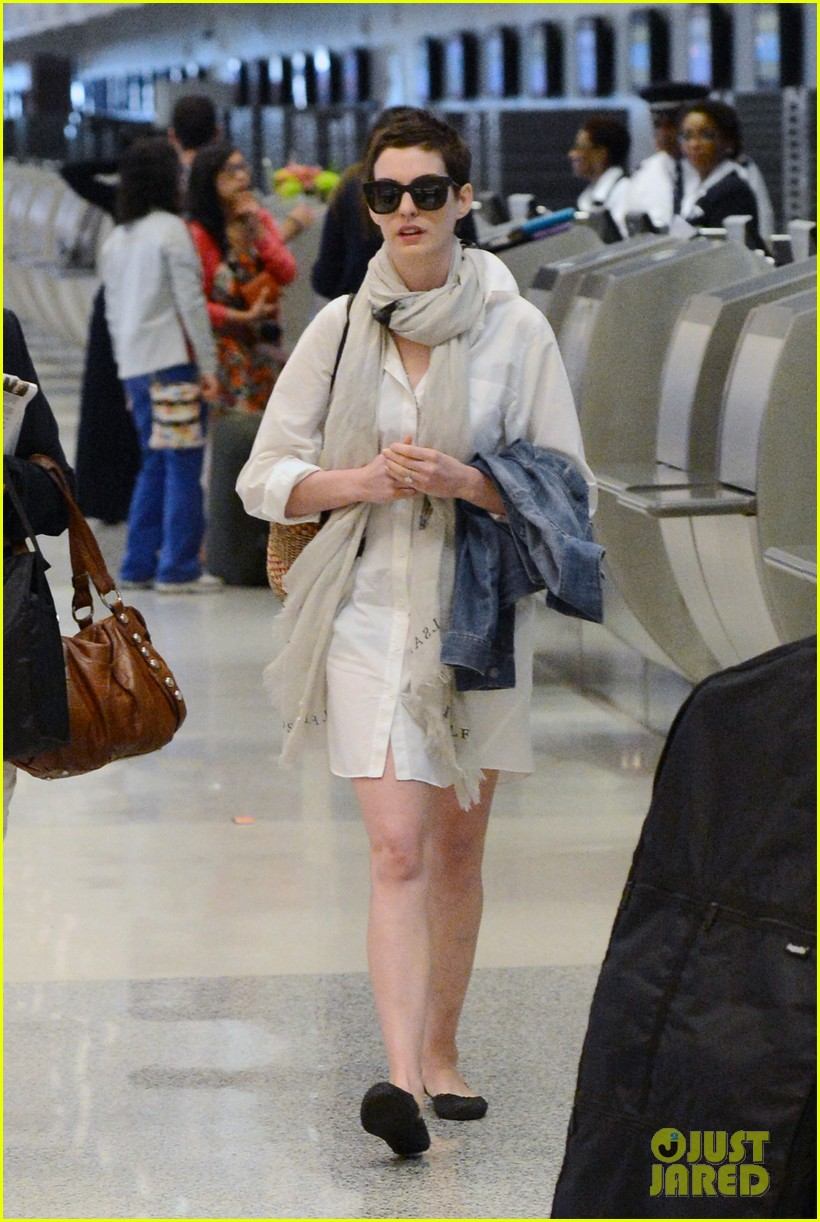 anne hathaway miami airport exit 092661385