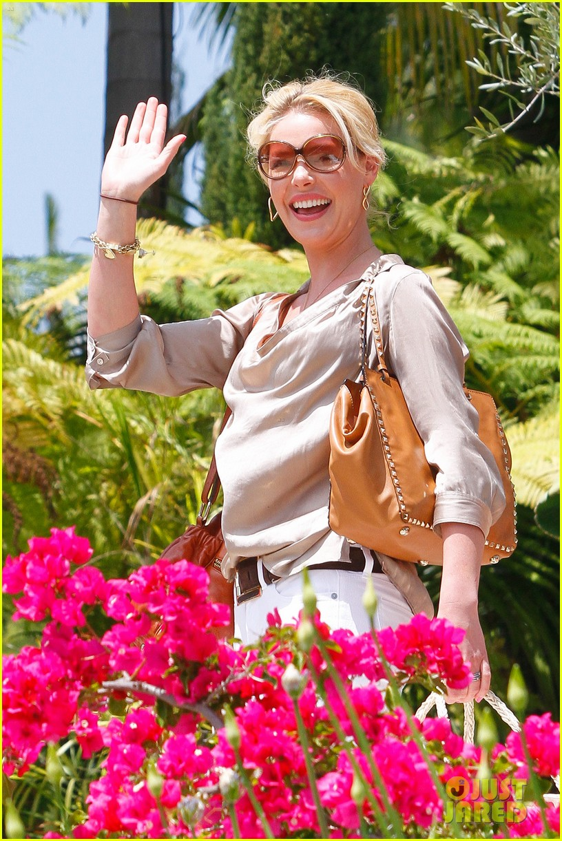 http://cdn01.cdn.justjared.com/wp-content/uploads/2012/05/heigl-mothersday/heigl-mothers-day-07.jpg