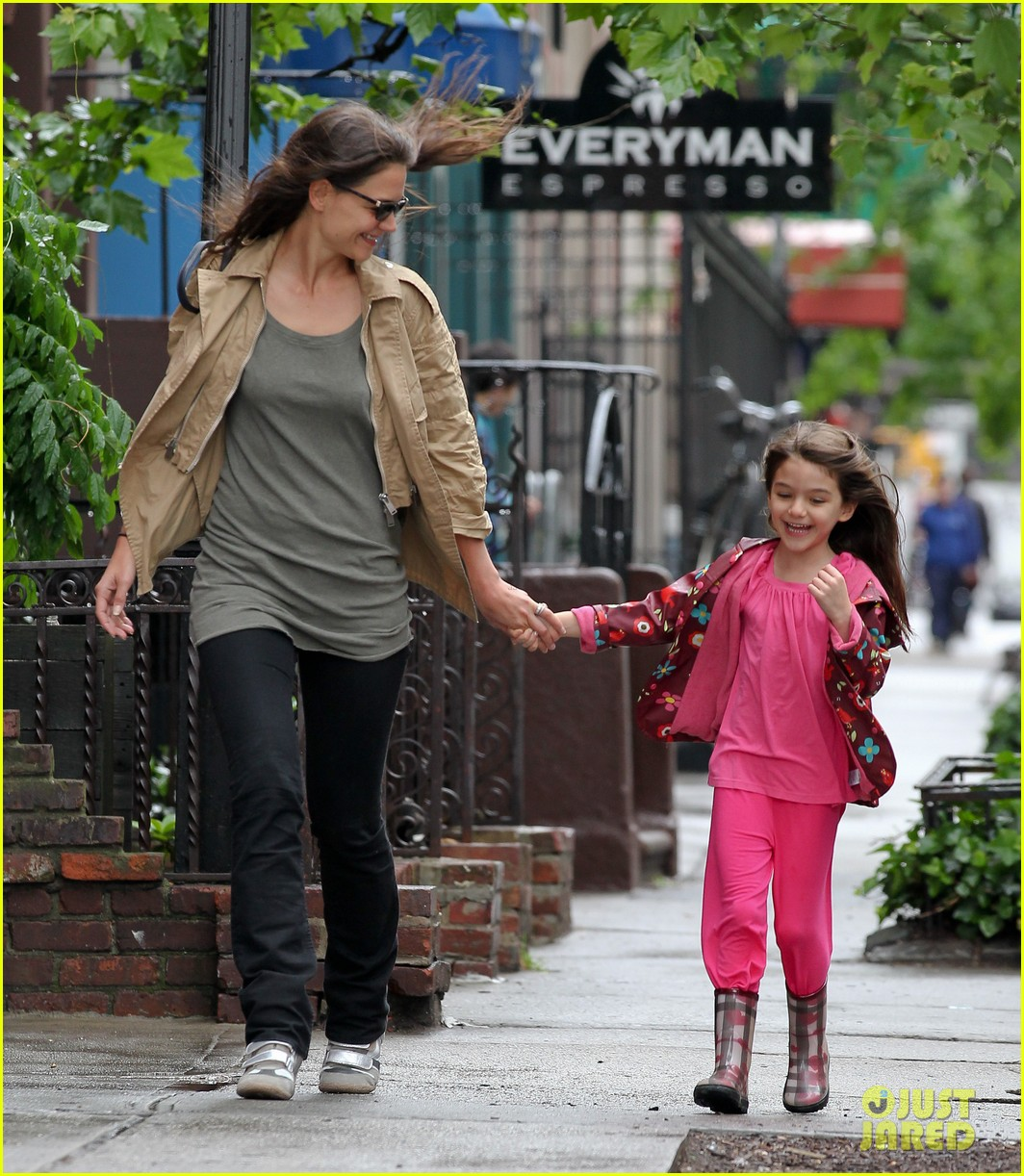 katie holmes suri cruise brave the rain 01