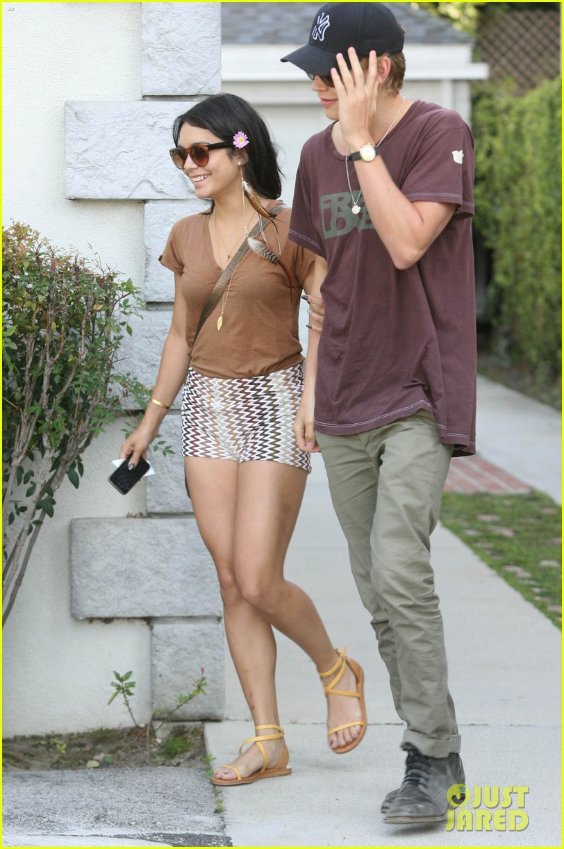 vanessa hudgens cant stop using acrylic nails 042659435
