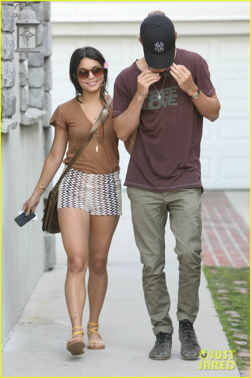 vanessa hudgens cant stop using acrylic nails 082659439