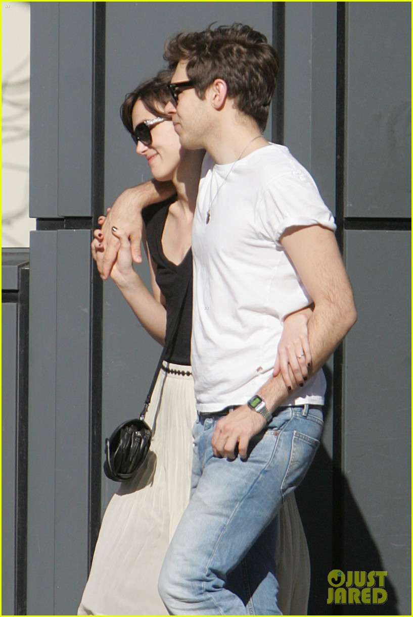 keira knightley spotted with ring 052667942